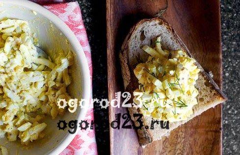 Салат из лука-порея с яйцом